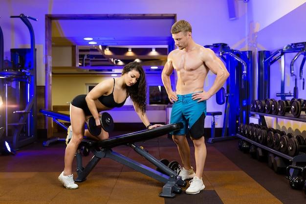 Vrouwelijke atleet en mannelijke atleet trainen samen in de sportschool