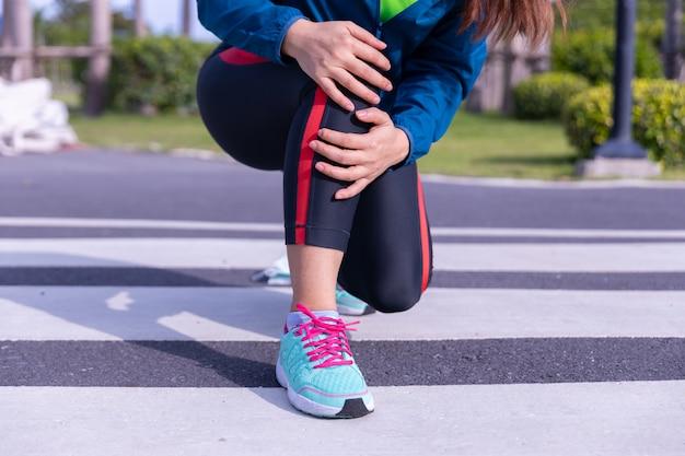 Vrouwelijke atleet knieblessure en pijn.