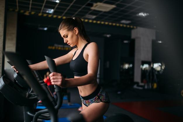 Vrouwelijke atleet oefenen op loopband in sport sportschool