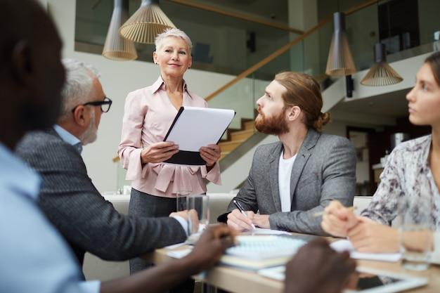 Vrouwelijke baas leidt vergadering