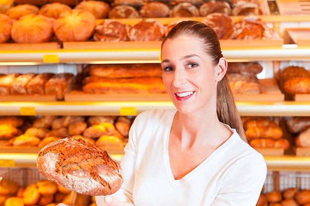 Vrouwelijke bakker in haar bakkerij