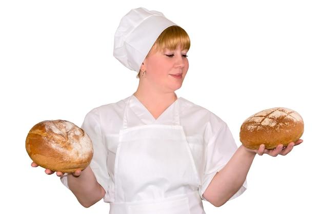 Vrouwelijke bakker twee ronde ronde broden van zuurdesembrood geïsoleerd op witte achtergrond