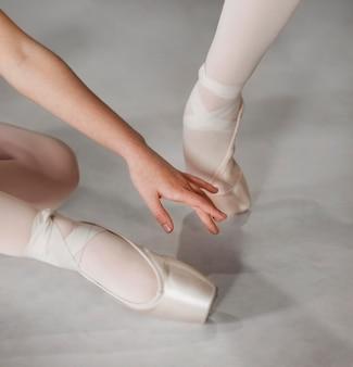 Vrouwelijke balletdansers trainen samen in pointe-schoenen