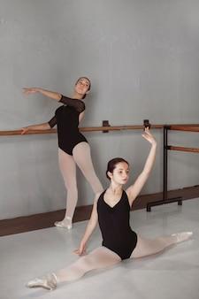 Vrouwelijke balletdansers trainen samen