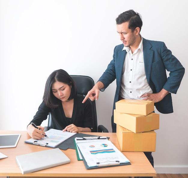 Vrouwelijke beambte werkt onder druk van de supervisor
