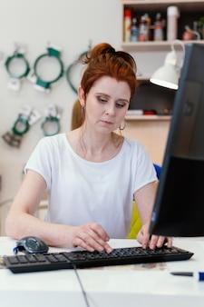 Vrouwelijke bedrijfseigenaar werkende portret