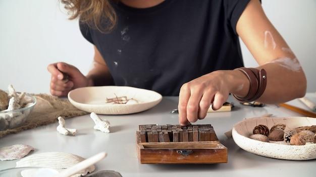 Vrouwelijke beeldhouwer werkt in haar atelier. creatief persoon