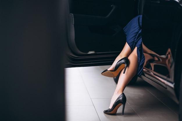 Vrouwelijke benen dicht door de auto