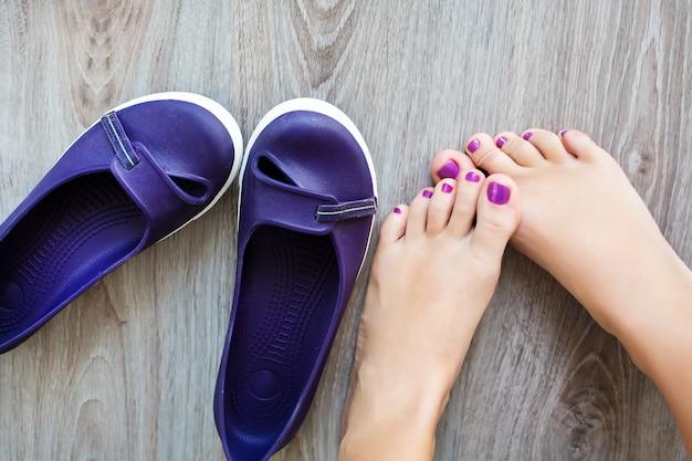 Vrouwelijke benen dichtbij met de schoenen