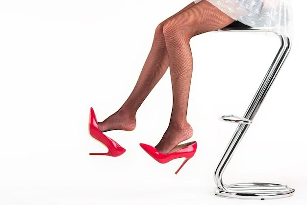 Vrouwelijke benen die hoge hakken dragen.