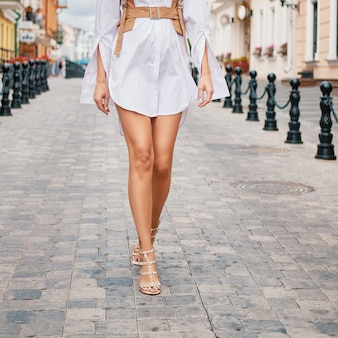 Vrouwelijke benen die op de straat lopen