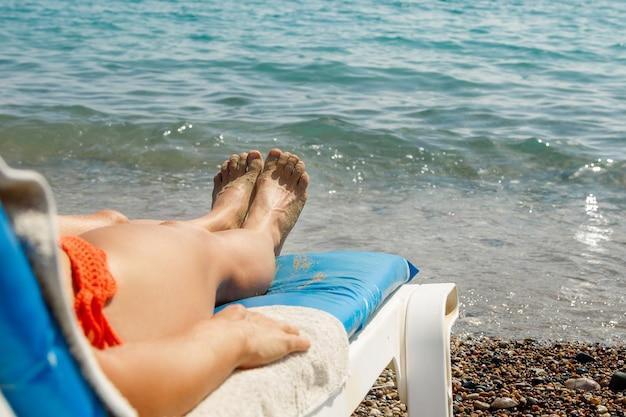 Vrouwelijke benen en zonnebank