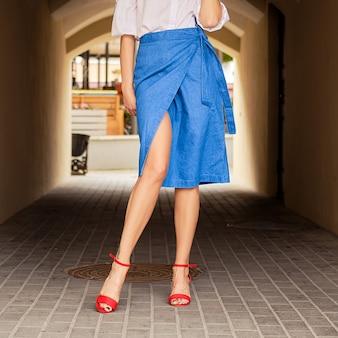 Vrouwelijke benen in jeans wrap rok