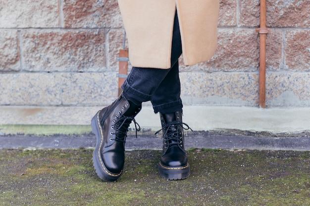 Vrouwelijke benen in mode en stijlvolle zwarte laarzen