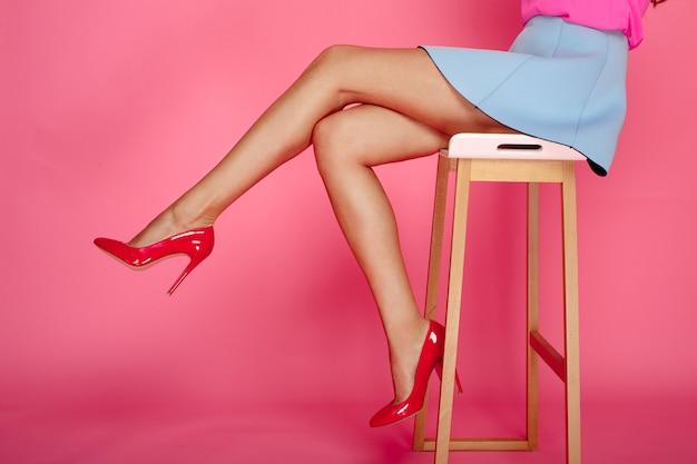 Vrouwelijke benen met rode hielen
