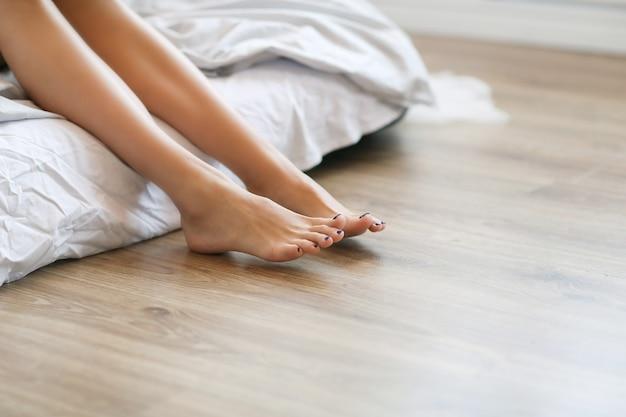 Vrouwelijke benen op blote voeten