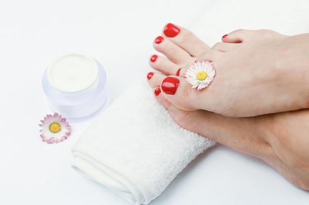 Vrouwelijke benen op een witte handdoek
