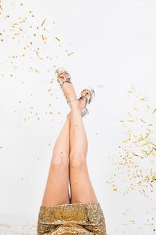 Vrouwelijke benen op feestje