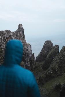 Vrouwelijke bergbeklimmer bij quiraing op het eiland skye in schotland