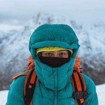 Vrouwelijke bergbeklimmer die in de winter klimt in glen coe, schotland