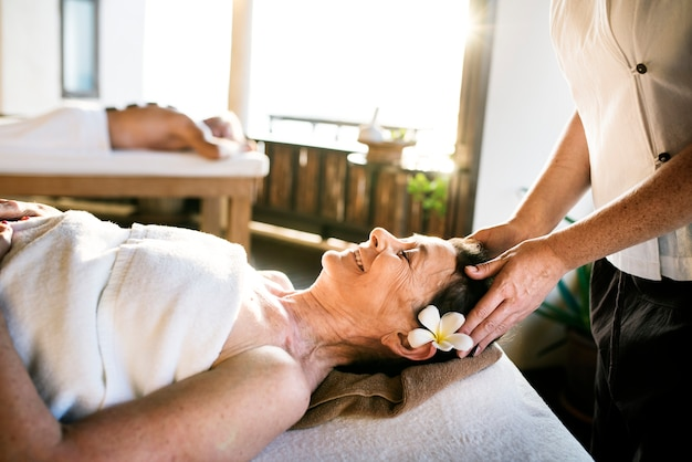 Vrouwelijke berichttherapeut die een massage geeft bij een kuuroord