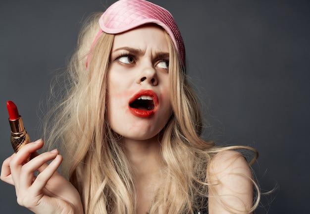 Vrouwelijke besmeurde lippenstift nachtleven alcohol fles donkere achtergrond. hoge kwaliteit foto