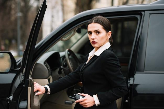 Vrouwelijke beveiliging die de veiligheid van de klant waarborgt