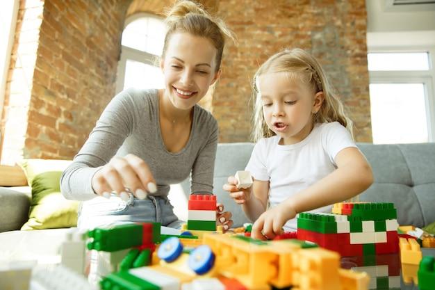 Vrouwelijke blanke leraar en meisje, of moeder en dochter. thuisonderwijs