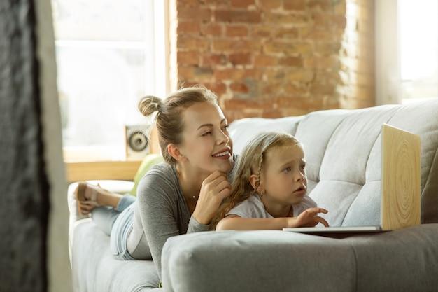Vrouwelijke blanke leraar en meisje, of moeder en dochter.