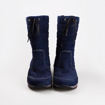 Vrouwelijke blauwe winterschoenen over wit