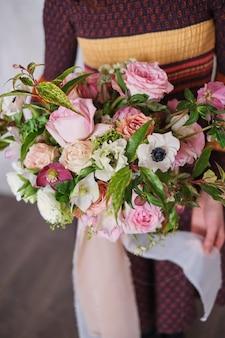 Vrouwelijke bloemist bedrijf vers gemaakt bloeiende bloemen boeket