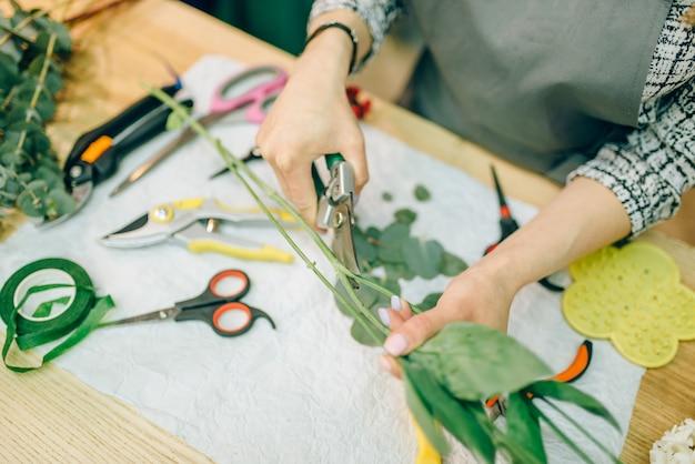 Vrouwelijke bloemist, boeket voorbereidingsproces