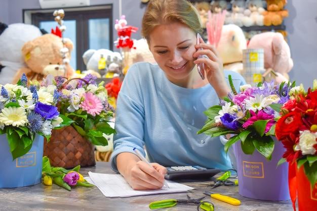 Vrouwelijke bloemist die een bestelling neemt