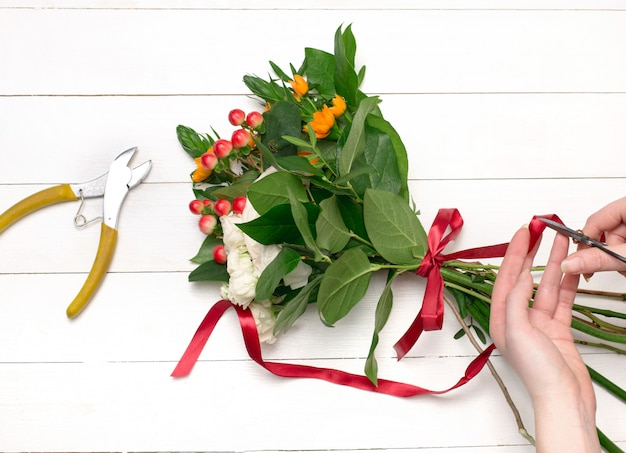 Vrouwelijke bloemist die mooi boeket maakt bij bloemenwinkel