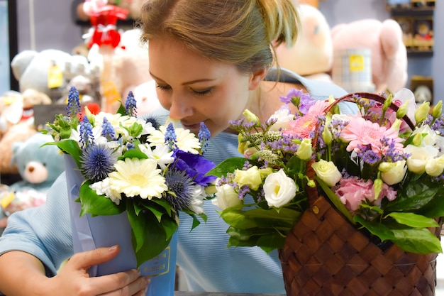 Vrouwelijke bloemist in bloemenwinkel.