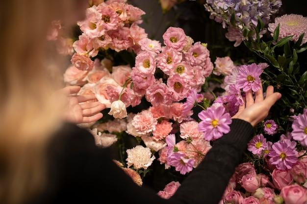 Vrouwelijke bloemist maakt een prachtig arrangement van bloemen