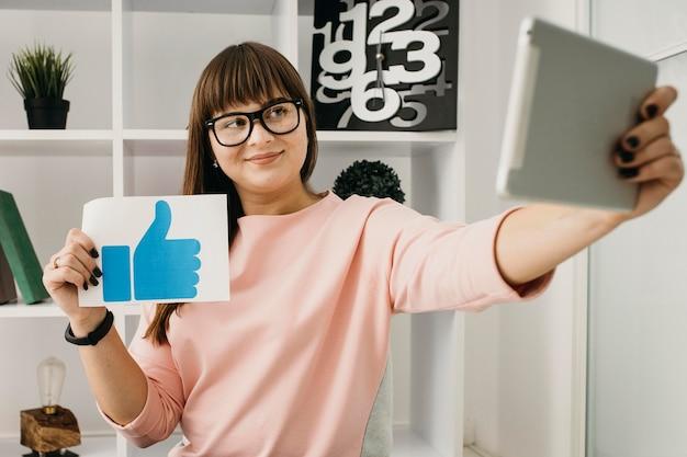 Vrouwelijke blogger die thuis met tablet streamt