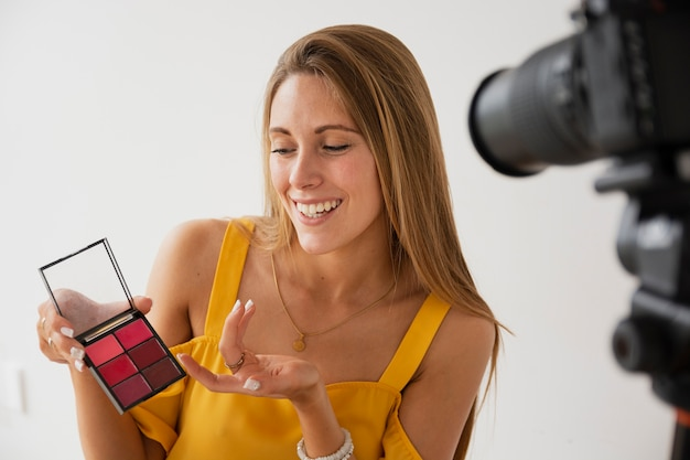 Vrouwelijke blogger filmen make-up tutorial