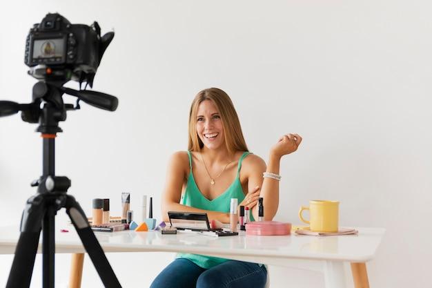 Vrouwelijke blogger filmen tutorial thuis