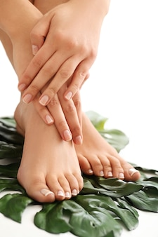 Vrouwelijke blote voeten en handen. manicure en pedicure concept