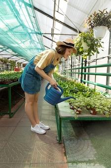 Vrouwelijke boer aan het werk in een kas