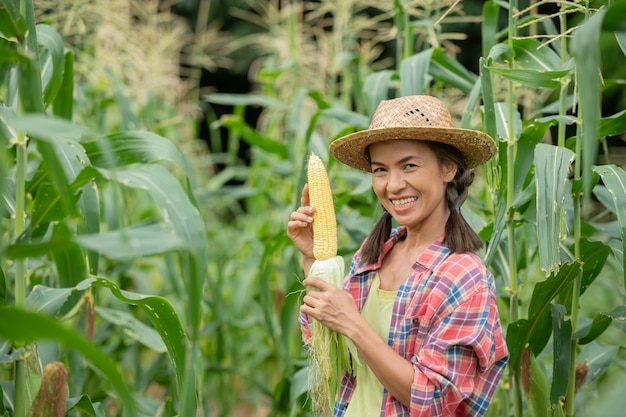Vrouwelijke boer controleert planten op zijn boerderij