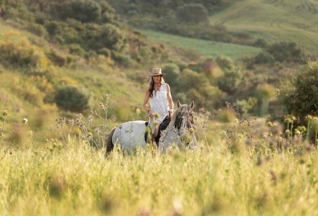 Vrouwelijke boer paardrijden