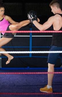 Vrouwelijke bokser die een luchtschop uitoefent