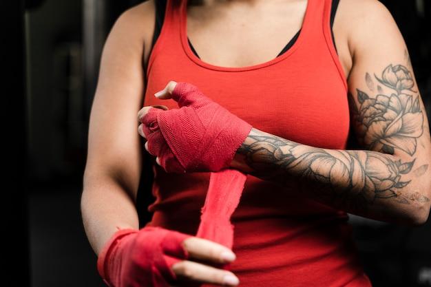 Vrouwelijke bokser die klaar voor het uitoefenen wordt