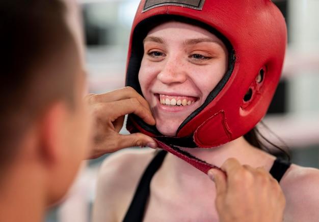 Vrouwelijke bokser die voor opleiding voorbereidingen treft