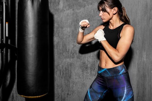 Vrouwelijke bokser in de sportschool