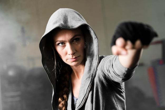 Vrouwelijke bokser training voor een nieuwe wedstrijd