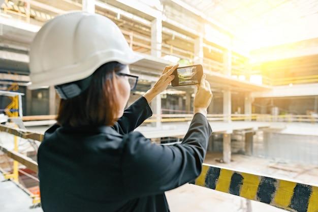 Vrouwelijke bouwer, ingenieur, architect, inspecteur, manager bij bouwwerf