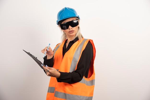 Vrouwelijke bouwer met bril en klembord. hoge kwaliteit foto